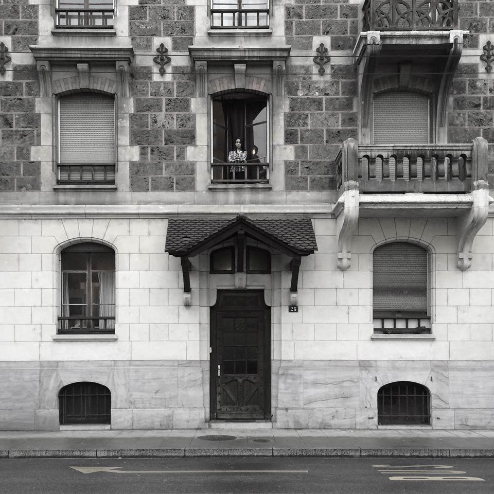 jeune femme à la fenêtre, dans le quartier de Plaimpalais à Genève